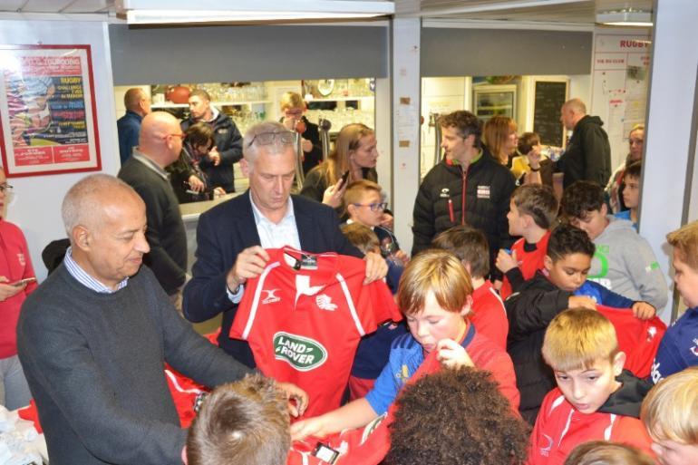 Remise des nouveaux jeux de maillots à notre Ecole de Rugby en présence des partenaires et de M. Salim ACHIBA , Adjoint  au Maire chargé des Sports